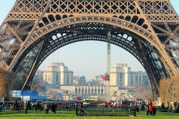 В столице Франции путешественники потратили $12 млрд. Проживание – самая  большая статья расходов в Париже (44,8%). Например, Париж – крупнейший  рынок в мире для Airbnb. Высокая конкуренция среди арендодателей,  которая должна сдерживать цены, компенсируется тем, что компания берет с  них налоги по требованию мэрии для передачи в бюджет