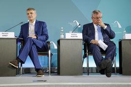 Большинство госбанков остаются источником риска, предупреждает Fitch (президент Сбербанка Герман Греф – слева, президент ВТБ Андрей Костин – справа)