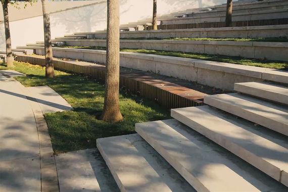 Лестницы, дорожки и другие объекты вымощены и облицованы гранитом, мрамором и известняком
