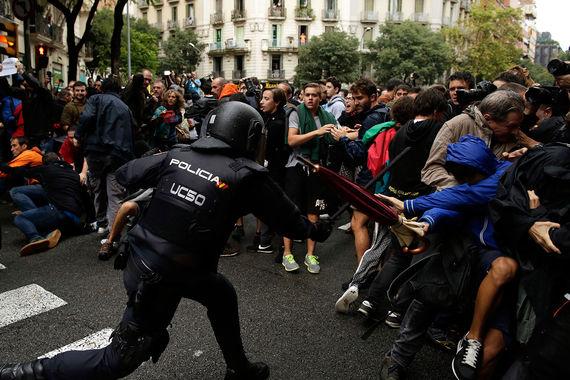 СМИ сообщают, что часть избирательных участков опечатаны по решению властей Испании. На некоторых участках в Барселоне полиция пытается помешать голосованию