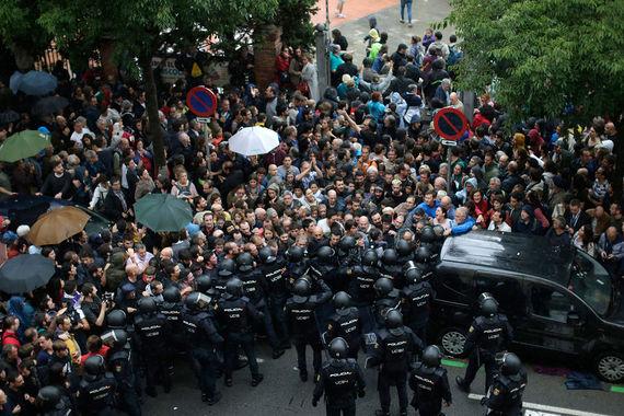По данным газеты El Pais, полиция изымает урны для голосования с избирательных участков