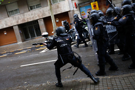 Испанская полиция использует шумовые  гранаты для разгона желающих проголосовать, сообщает испанская пресса. По словам некоторых очевидцев, полицейские начали стрелять резиновыми пулями, сообщает The Guardian
