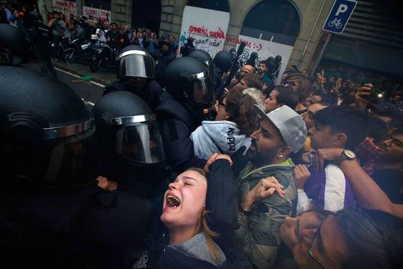 1 октября в Каталонии началось голосование  на референдуме о независимости. Участники референдума должны ответить на вопрос: «Хотите ли вы, чтобы  Каталония стала независимым государством с республиканской формой  правления?»