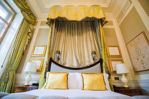 Лучший люкс года - Lobanov Presidential Suite в отеле Four Seasons Hotel Lion Palace St. Petersburg. Люкс, названный в честь первого владельца здания отеля (Дома со львами) князя Александра Лобанова, расположен на втором этаже отеля и занимает площадь 152 кв. м. Номер включает гостиную с декоративным камином, столовую зону для шестерых гостей, гардеробную и спальню