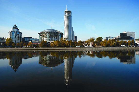 Swissotel Krasnye Holmy Moscow выиграл в двух номинациях - бизнес-отель и бизнес-отель класса люкс. Обе награды отель получает не в первый раз: лучшим бизнес-отелем он становился в 2016, 2014, 2012 и 2011 гг., а лучшим люксовым бизнес-отелем - в 2016 г.