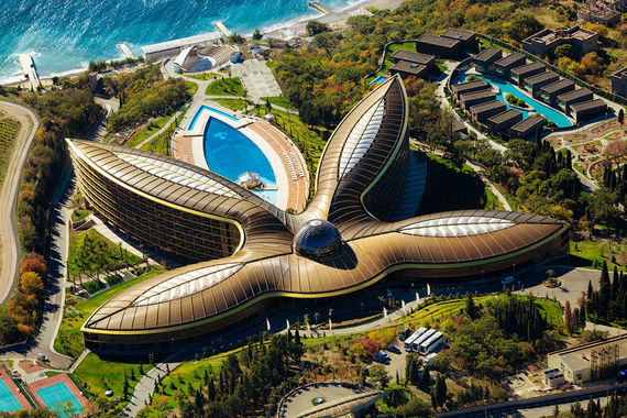 Победителями на европейском уровне признаны два российских отеля. Крымский курорт Mriya Resort & Spa в третий раз признается лучшим европейским курортным комплексом для отдыха. Комплекс, расположенный на территории 27 га, спроектирован знаменитым британским архитектором сэром Норманом Фостером. Он включает 422 номера и виллы, собственный пляж протяженностью более 300 м, пять ресторанов, конгресс-центр, медицинский центр