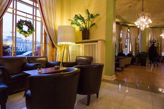 Как лучший отель класса люкс наградили «Асторию». Один из самых известных российских отелей ранее уже получал четыре награды World Travel Awards: как лучший отель в 2004 г., 2005 г. и 2006 г., а также за лучший люкс 2007 г.
