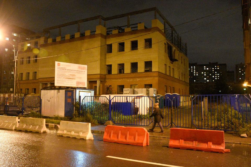 В ноябре 2013 г. между комитетом по строительству Петербурга и коммерческой структурой, входящей в ГК «Единые решения», был заключен госконтракт на строительство детской школы искусств на Туристской улице