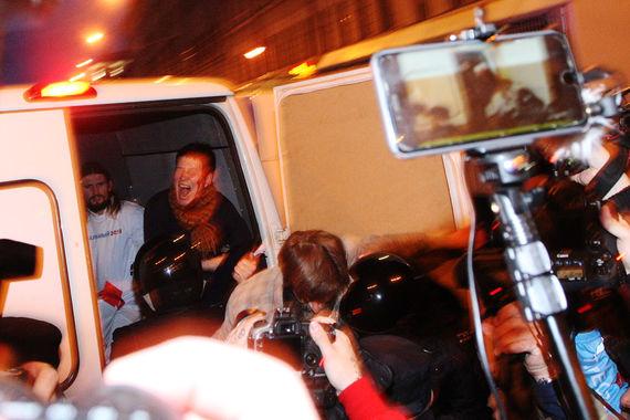 В Санкт-Петербурге сотрудники ОМОНа начали задержания сторонников  оппозиционера Алексея Навального, которые устроили в субботу акцию в его  поддержку