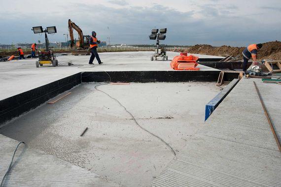 Также за счет федерального бюджета в «Домодедово» достраивается вторая взлетно-посадочная полоса. Действующая полоса №2 после ввода в эксплуатацию новой полосы будет использоваться в качестве магистральной рулежной дорожки