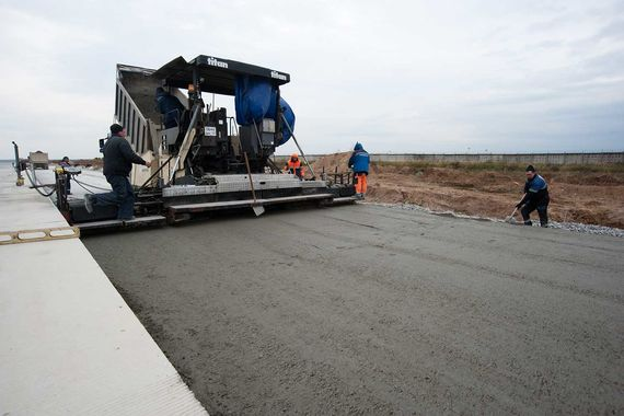 На строительной площадке идет монтаж светосигнального и радиотехнического оборудования, а также продолжаются работы по строительству рулежных дорожек (данные на начало октября)
