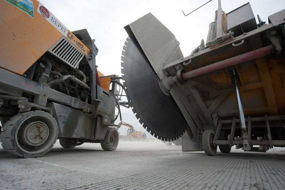 На площадке задействовано 1000 строителей, работает 300 единиц строительной техники, сообщил представитель «Домодедово»