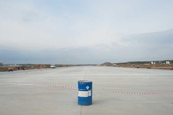 При сооружении взлетно-посадочной полосы использовался специальный бетон, способный выдерживать экстремальные нагрузки, в десятки раз превышающие воздействие на стандартное покрытие скоростных автострад (грузовые самолеты могут весить до 400 т)