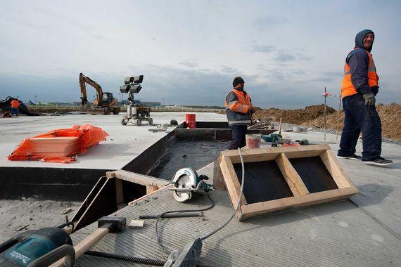 Такой бетон отвечает высшим требованиям по истиранию, ударопрочности и вибростойкости