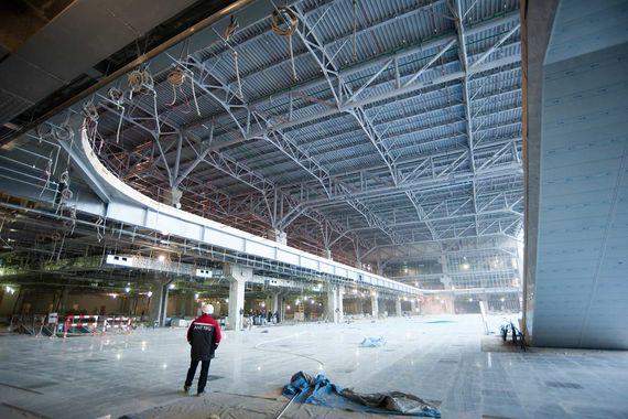 После окончания строительных работ и проведения ЧМ новый сегмент терминала будет принимать только международные рейсы, а действующий сейчас – внутренние. Совокупная пропускная способность пассажирского терминала «Домодедово» составит более 45 млн пассажиров в год. В 2016 г. аэропорт обслужил 28,5 млн человек и больше 112 000 воздушных судов