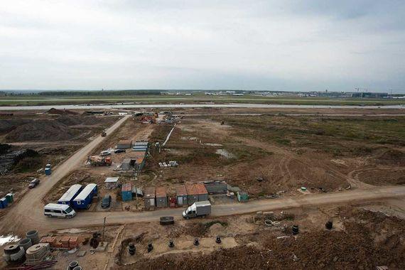 Общая площадь всей строительной площадки новой взлетно-посадочной полосы превышает 4 млн кв. м, площадь самой полосы – 228 000 кв. м