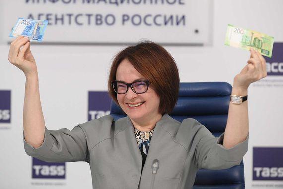 12 октября Банк России официально представил новые банкноты номиналом 200 и 2000 руб., на фото председатель ЦБ Эльвира Набиуллина