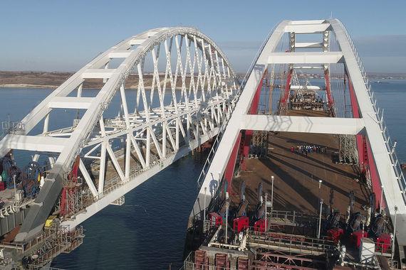 normal 1f90 Под арками Керченского моста открыто судоходство