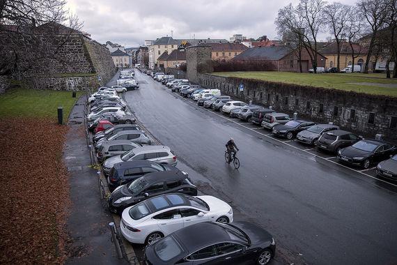 В Осло электромобили сейчас составляют около 40% продаж новых машин, пишет Les Echo. С 2019 г. любым автомобилям будет запрещен въезд в центр города, отмечает Reuters, при этом власти столицы Норвегии планируют продлить на 60 км сеть велосипедных дорожек и запустить в центр дополнительные трамваи и автобусы, инвестировав в инфраструктуру 11 млрд евро за 20 лет, отмечает издание. В Осло живет 600 000 человек, при этом зарегистрировано 350 000 автомобилей (данные Reuters на конец 2015 г.)