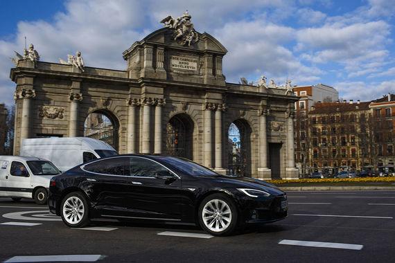 Власти Мадрида объявили о планах запретить с 2025 г. использование автомобилей с бензиновыми двигателями старше 2000 года  выпуска и дизельными - старше 2006 г., сообщает Reuters. Это коснется 20% городского автопарка. Меры помогут снижению на 15% выбросов диоксида азота, который является основным источником смога, считают в муниципалитете