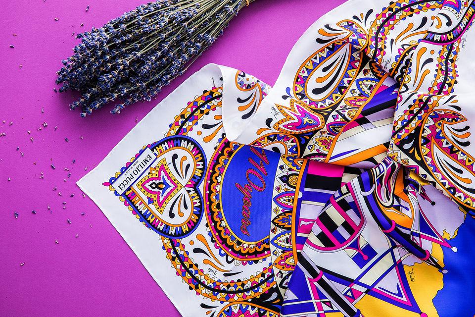 К 110-летию ЦУМа Emilio Pucci создала шелковый платок с изображением универмага