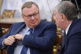 Акционеры компании Игоря Сечина (справа) регулярно пользуются деньгами банка Андрея Костина