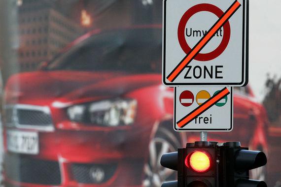 С 2008 г. в Берлине в зону низких выбросов (LEZ) запрещено въезжать  автомобилям ниже класса евро-4 или евро-3, но с фильтром микрочастиц.   Сейчас эта зона составляет 88 кв. км, в ней проживает примерно треть  берлинцев