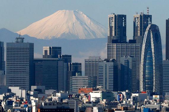 Токио - один из пионеров отказа от дизельных двигателей. С 2003 г.  власти города запретели все автомобили с таким типом мотора, если на  автомобиле не установлен фильтр микрочастиц, сообщает The Japan Times.  Только в 2001 г. город потратил почти $16 млн, субсидируя на установку  фильтра. Зато теперь в городе в хорошую погоду можно видеть гору  Фудзияму, которая находится в двух часах езды от японской столицы