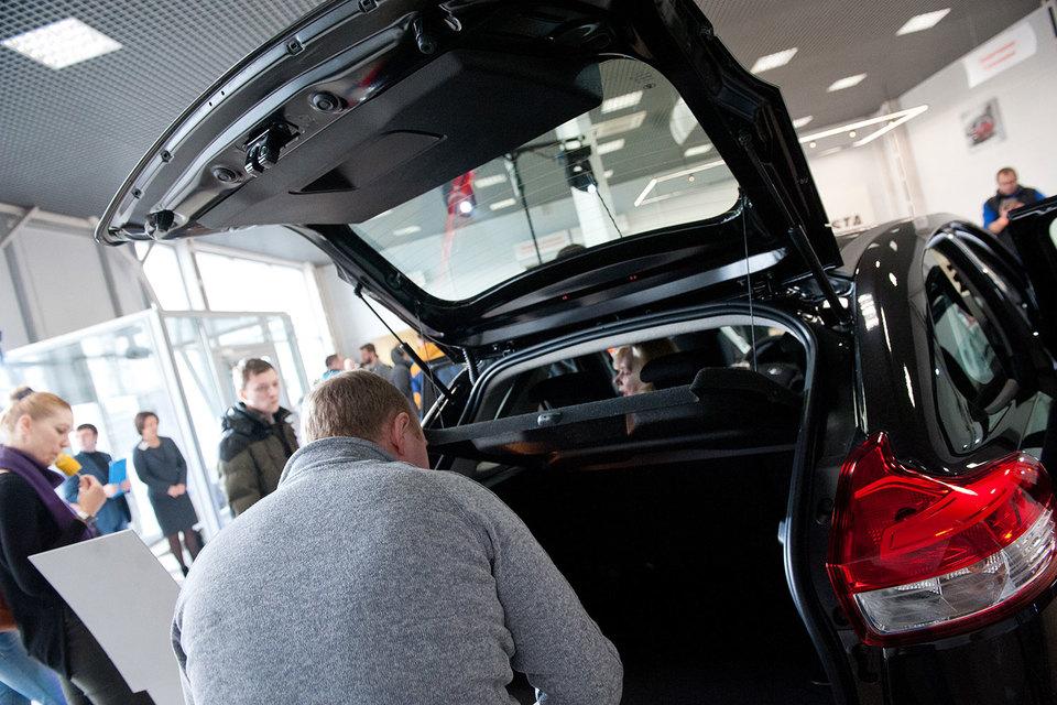 «АвтоВАЗ», продажи которого растут с июля, поднял цены на автомобили и снизил скидки по программе обновления парка