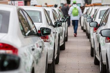По мнению замдиректора «Делимобиля» Станислава Грошова, для нормальной работы в Москве нужна 1000 машин, а основная сложность будет с заправками: обещанных 50 для столицы мало