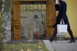 Возможностью войти в капитал «Александровского» заинтересовалось несколько инвесторов, с которыми банк ведет переговоры, утверждает Лотвинов, не называя их