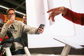 Еще одна причина высокой доли Apple в онлайн-продажах в том, что покупатели iPhone, как правило, знают, чего хотят, - им не надо сравнивать характеристики и дизайн устройств, объясняет сотрудник одного из ритейлеров