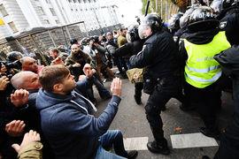 В Киеве начались столкновения между митингующими и полицейскими