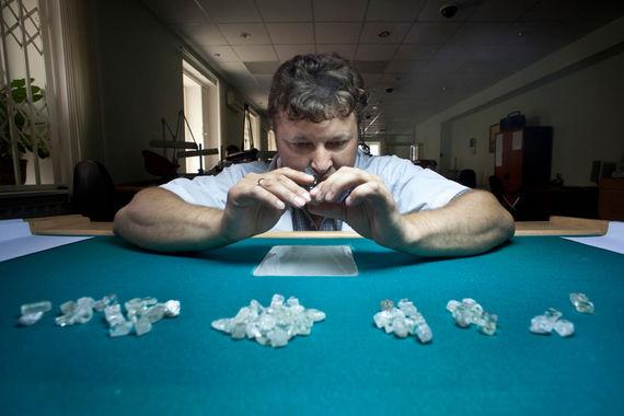 Неограненные алмазы освободят от НДС
