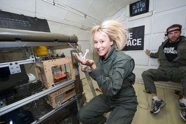 Сотрудники Made in Space тестируют 3D-принтер в лаборатории с низкой гравитацией