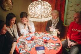 Комната с круглым столом вызывает ассоциации со спиритическим сеансом