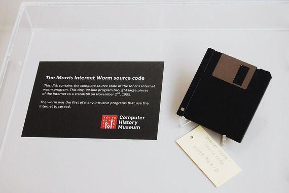 Эксперты антивирусных компаний «Доктор Веб», Eset и «Лаборатории Касперского», а также компании Digital Security (анализ уязвимостей IT-систем) перечислили самые важные кибератаки в истории. Червь Морриса – один из первых сетевых червей, распространяемых через интернет. Написан аспирантом Корнеллского университета Робертом Таппаном Моррисом и запущен 2 ноября 1988 г. в Массачусетском технологическом институте. Ущерб от червя Морриса был оценен примерно в $96,5 млн. На фото дискета с исходным кодом червя, хранящаяся в музее науки в Бостоне
