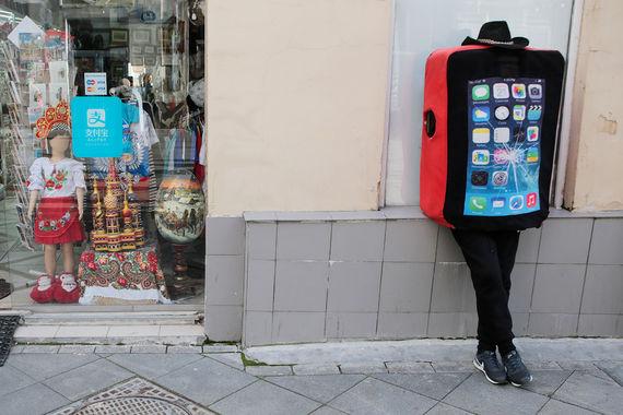 Cabir – первый мобильный вирус – полноценный компьютерный червь, заражавший мобильные телефоны в 2004 г. Если телефон был заражен Cabir, то каждый раз при включении телефона на экране показывалось сообщение «Caribe». Вирус маскировался под программу для защиты телефона Caribe Security Manager, которую в виде специального файла пользователь должен был установить самостоятельно. Также он пытался заразить телефоны через Bluetooth