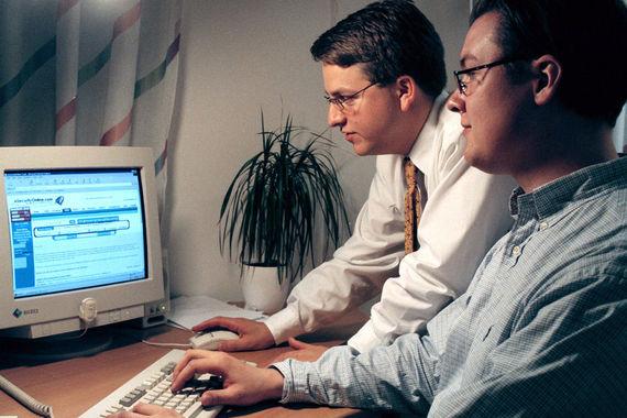 В марте 1999 г. вирус Melissa стал первым вредоносным кодом, распространяющимся по электронной почте. Была нарушена работа почтовых серверов нескольких крупных компаний во многих странах. Механизм распространения вируса вызывал взрывную волну инфицированных писем. В результате резко возрастала нагрузка на почтовые серверы и существенно замедлялась – или прекращалась – обработка почтовых сообщений. Ущерб от эпидемии оценили в $80 млн. На фото эксперты Фредрик Бьорк (слева) и Джоан Экстром, которые помогли ФБР вычислить автора Melissa