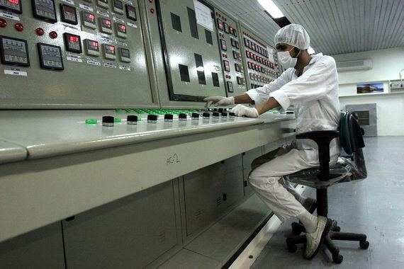 StuxNet – первый вирус военного назначения и первое реально использованное кибероружие. Он атаковал промышленные системы, которые управляли производственными процессами в 2010 г. StuxNet вывел из строя ядерные объекты Ирана, физически разрушив инфраструктуру: тогда могло пострадать до 20% ядерных центрифуг Ирана (на фото одно из предприятий Ирана)