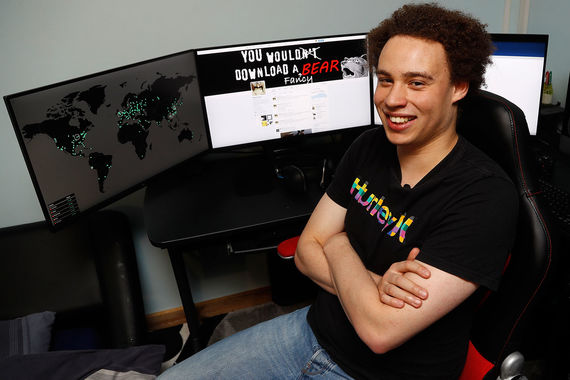 Знаменитый вирус-шифровальщик WannaCry в мае 2017 г. атаковал 200 000 компьютеров в 150 странах мира. Ущерб оценен в $1 млрд. Вирус проникал на компьютеры с операционной системой Windows, куда не были установлены обновления, шифровал содержимое жестких дисков и требовал с пользователей $300 за расшифровку. На фото британский IT-эксперт Маркус Хатчинс, которому приписывают нейтрализацию вируса-вымогателя. Правда, спустя два месяца Хатчинса арестовали в США по обвинению в распространении другой вредоносной программы – Kronos. С помощью этого вируса в 2014-2015 гг. кибермошенники успешно воровали данные банковских карт