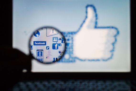 ZeuS – троянская программа, появившаяся в 2007 г., – первый в истории случай распространения вредоносного софта через социальные сети. Пользователям Facebook передавалось несколько фотосообщений, которые переадресовывали на сайты с вирусом ZeuS. Затем троянская программа внедрялась в систему, перехватывала регистрационные данные пользователя, что позволяло похищать средства со счетов клиентов ведущих европейских банков. Вирусная атака затронула Испанию, Италию, Германию и Нидерланды. Атакам подверглись не только персональный компьютер жертвы, но и мобильные устройства