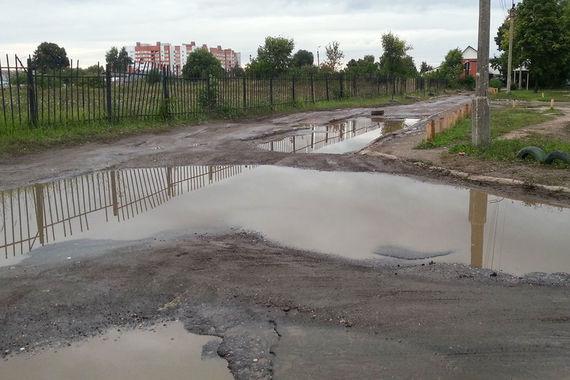Улица Полевая в Рязани (на фото) не ремонтировалась с конца 1990-х гг. - тогда на дорогу насыпали щебень, но асфальт не положили. Теперь после каждого дождя на улице образуются ямы с водой