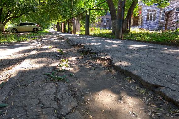 В рейтинге Domofond.ru Самара получила 3,6 балла. На фото - разбитый тротуар на Каховской улице