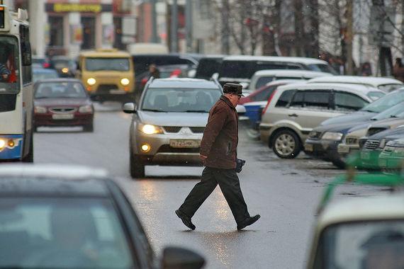 Качество  дорог и доступность парковочных  площадей жители Ярославля (опрошено 2459  респондентов)  оценили на 3,2  балла (из 10 возможных), отметив, что их  «не устраивают дворовые  парковки и проезд в один автомобиль». Кроме  того, в городе не решена  проблема «жутких автомобильных пробок в час  пик» и «транспорта у  подъездов»