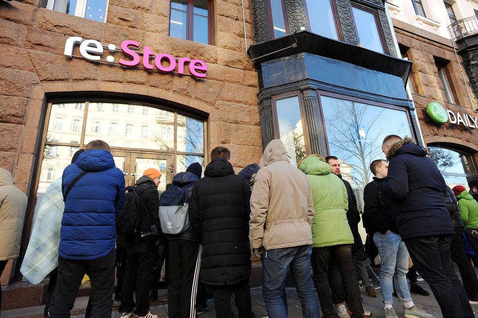Очередь у магазина re:Store на Тверской улице