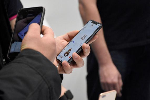 iPhone X в руках покупателя