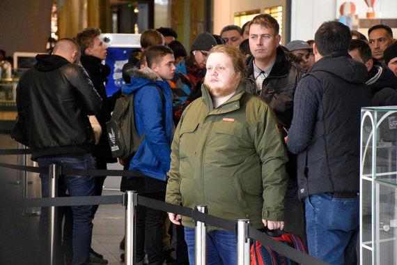 В очереди у магазина re:Store в Петербурге утром стояли 173 человека, передает фотограф «Ведомостей»