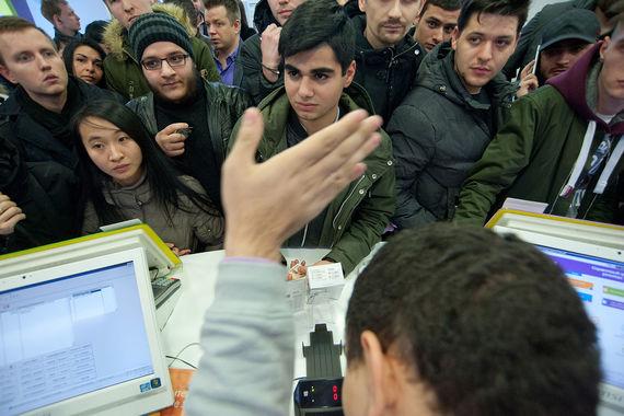 Покупатели в одном из магазинов «Связной» в Москве на Тверской улице