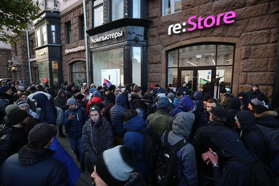 Продажи нового смартфона iPhone X начались в России 3 ноября в 8.00. На фото магазин re:Store на Тверской улице